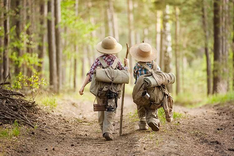 Alexa Skills: Zwei Kinder in Forscherkleidung brechen auf