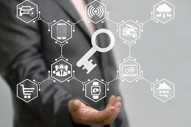 Smart Home Versicherungen: Symbole ordnen sich um einen Schlüssel an