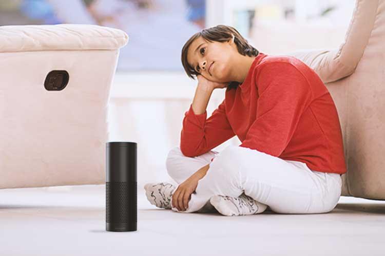 Alexa Skills Zauberwald: Kind hört Amazon Echo zu