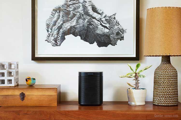 Sonos-Speaker auf einem Regal.