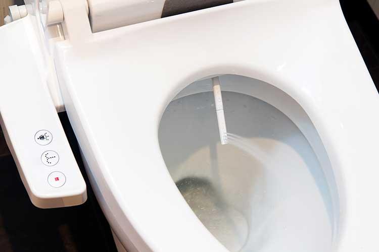 Smarter WC Sitz von Xiaomi: kleiner Duschkopf fährt unter dem rand hervor, um zu spülen