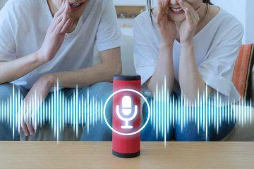 Paar spricht mit Smart Home Speaker , der funktioniert wie ein Galaxy Home Speaker.
