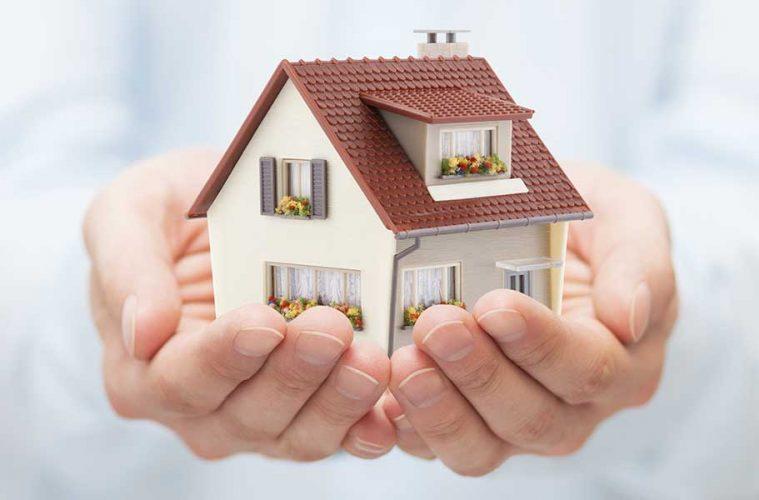 Smart Home Sicherheit - Symbolbild: Haus in Händen.