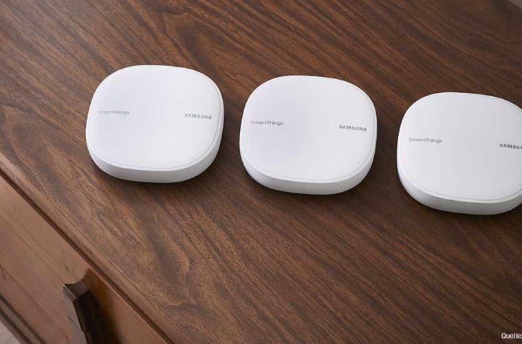 Samsungs SmartThings Wifi im Dreierpack: Drei weiße Hubs stehen nebeneinander