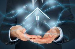 SmartThings: Symbol für vernetztes Zuhause schwebt zwischen den Händen eines Mannes
