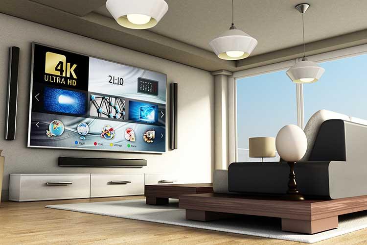 Den Fernseher und andere Unterhaltungselektronik per Sprachsteuerung bedienen: Ein modernes Wohnzimmer mit Smart TV