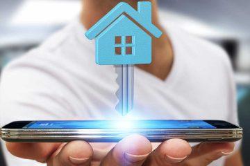 innogy SmartHome: ein Haus- und ein Schlüsselsymbol schweben über einem Smartphone
