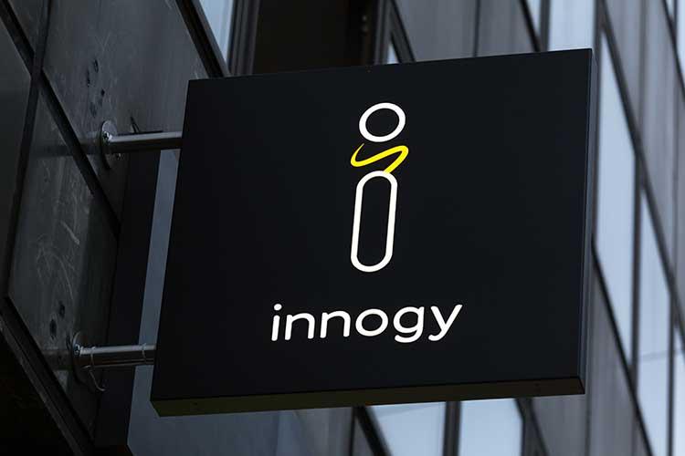 innogy SmartHome: Logo auf einem Schild, weiße Schrift auf schwarzem Untergrund