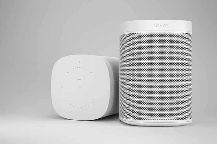 Weihnachten: Weißer Sonos Lautsprecher, einer stehend, einer liegend
