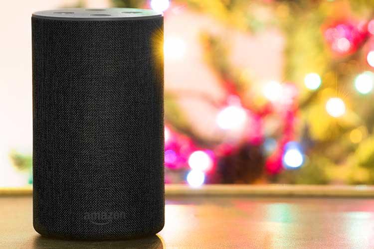 Alexa Weihnachts-Skills: Amazon Echo mit weihnachtlichem Hintergrund