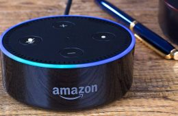 Alexa mit WLAN verbinden: Echo Gerät auf einem Tisch
