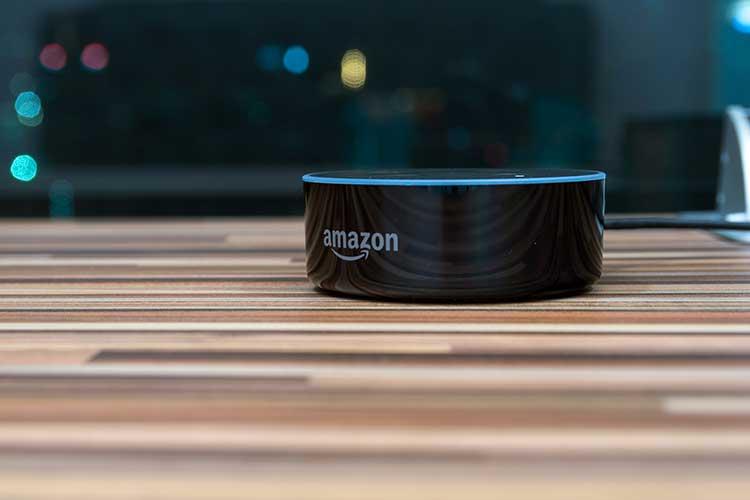 Amazon Alexa Multiroom einrichten: Echo Gerät auf Tisch