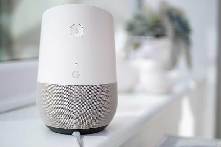 Google Home zurücksetzen: Google Home Lautsprecher auf einem weißen Tisch